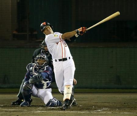 燕・小川監督、巨人・ロペスの本塁打に抗議も…ビデオ判定なし(5) 7回、左本塁打を放つ巨人・ロペ