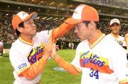 日本ハム・栗山監督(左)と吉川=東京ドーム(撮影・北野浩之)