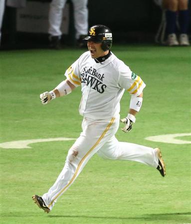 ソフトバンク・細川がソロ本塁打!内川もビックリ(6) 5回、本塁打を放つソフトバンク・細川=ヤフ