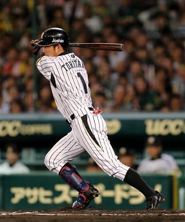阪神・鳥谷、マルチ安打も…武田のカーブに苦戦「落差あった」(6) 7回、安打を放つ阪神・鳥谷=甲