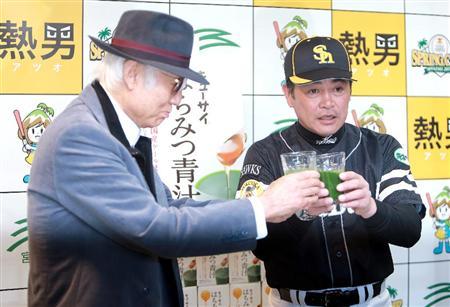 鷹・工藤監督、青汁に感激「現役時代はマズくて苦労... 八名信夫氏(左)と、キューサイの青汁で乾