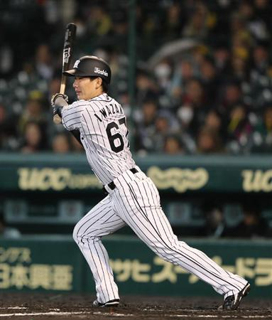 七回まで無失点の阪神・岩崎「八回も九回もいく気持ちで…」(4) 7回、安打を放つ阪神・岩崎=甲子