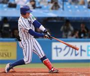 7回、先制の2点本塁打を放つ立正大・伊藤裕季也=神宮球場(撮影・大橋純人)