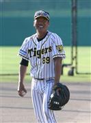 藤井バッテリーコーチは同じ捕手出身の矢野監督と意見交換しながら指導していく