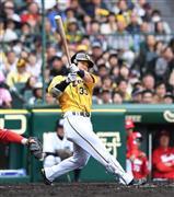 5回、適時二塁打を放つ阪神・糸原=甲子園球場(撮影・水島啓輔)