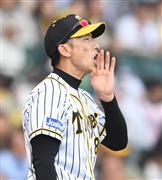 9回終了時、選手交代を告げた阪神・矢野監督=甲子園球場(撮影・水島啓輔)