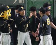 巨人に勝利し、青柳(右)とタッチを交わす阪神・矢野監督=東京ドーム(撮影・福島範和)
