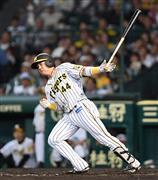 4回、適時二塁打を放つ阪神・梅野=甲子園球場(撮影・水島啓輔)