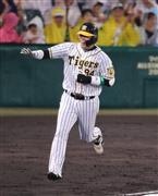 2回、ソロ本塁打を放つ阪神・原口=甲子園球場(撮影・福島範和)