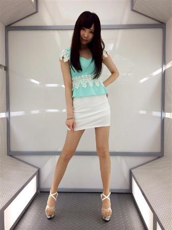 ミニスカート姿の熊谷ちかさん
