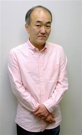 ピンク色のシャツを着ているちょっと可愛らしい温水洋一