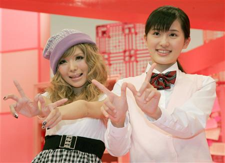 番组の「We Can☆」ポーズをする益若つばさ(左)と宫田麻里乃さん