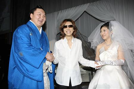 [YOSHIKI] [Misc] Yoshiki acude a la boda de un conocido sumo Gnj1002212123026-p1