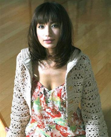 花柄のワンピースにレースのトップスを着ている佐田真由美の画像
