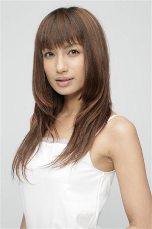 白いキャミソールを着たロングヘアーの佐田真由美の画像
