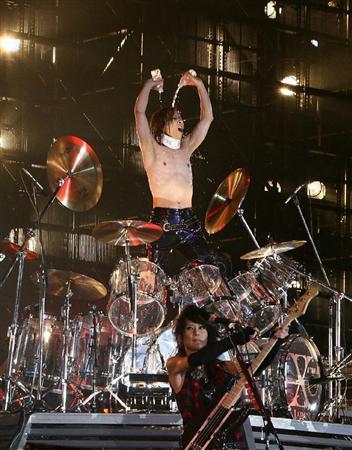 ドラムセットでペットボトルの水を浴びるyoshiki