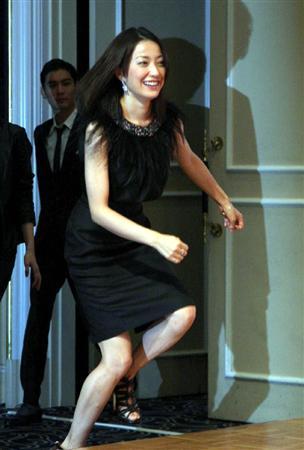 黒ドレスの菅野美穂