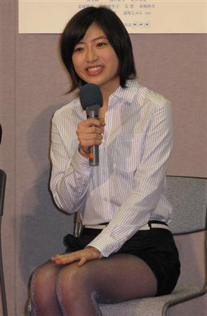 スーツ姿の南沢奈央