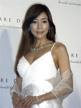 白いドレスに健康的な川島なお美。