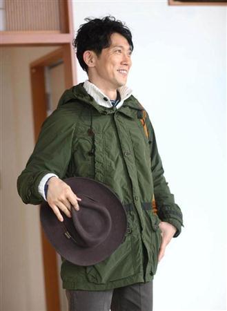 帽子を持った佐々木蔵之介