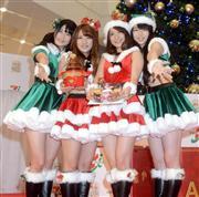 AKB48の(左から)横山由依、高橋みなみ、大島優子、峯岸みなみ=東京・江東区 (撮影・山田俊介)