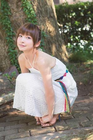 涼しそうな夏服で散歩する篠田麻里子