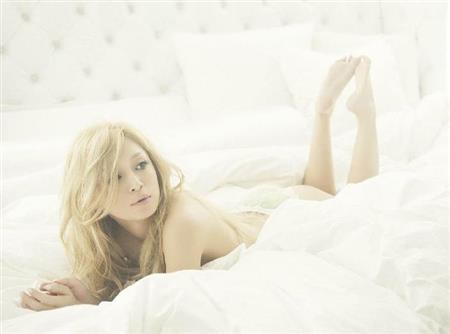 浜崎あゆみ(35)、11年半ぶりとなる写真集「ayu」を発売 生まれたままの姿でベッドのシーツにくるまったショットなどを披露 oth13110805020010 p1 芸能ニュース