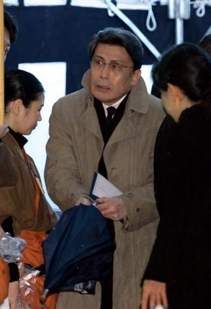 傘を持っている松本幸四郎