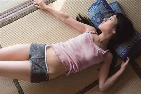 寝転がる前田希美