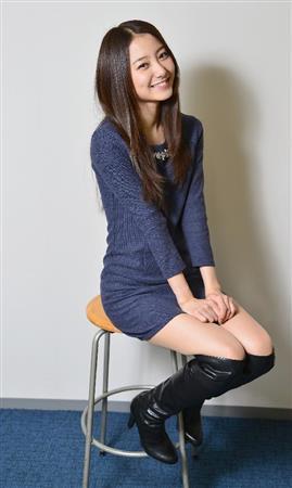 紺のワンピースの高田里穂