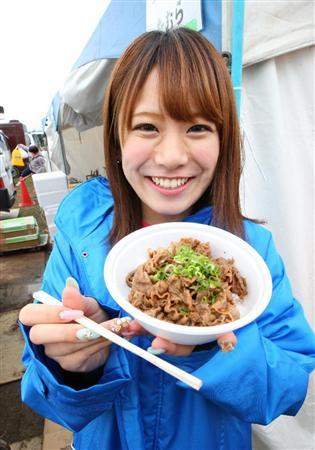 炭火焼肉たむらの丼を食べる福本愛菜