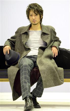 椅子に深く座る忍成修吾くん