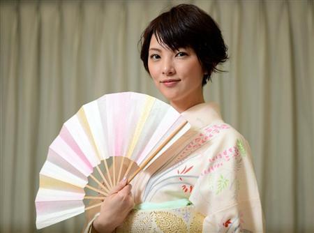豪華絢爛な着物を着て美しく微笑む田中麗奈
