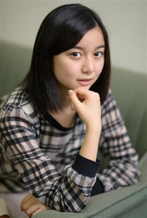 女子高生スタイルの上白石萌歌さん