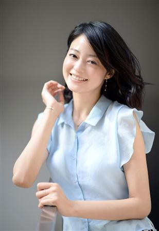 フリルのブラウスを着て微笑んでいる清楚感あふれる小林涼子の画像