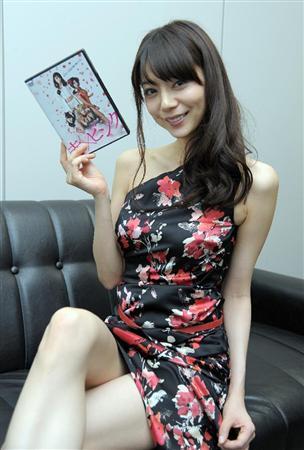 セクシーな衣装の芳賀優里亜さん