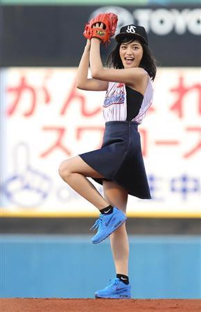 川口春奈さんのショートパンツ姿