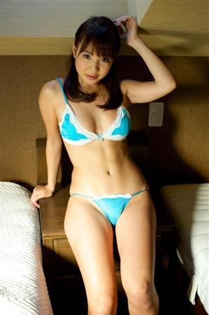 小塚桃子さんのビキニ