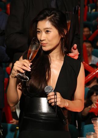 黒ドレスでセクシーに飲む篠原涼子