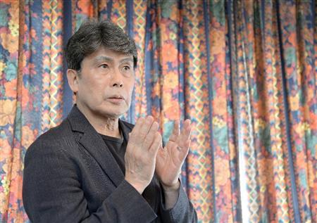 手振りをくわえる松本幸四郎