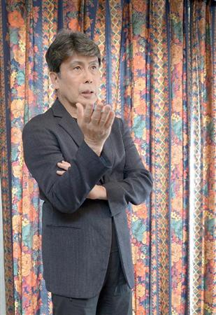 スーツ姿の松本幸四郎