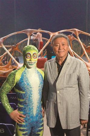 「トーテム」応援団長・小倉智昭、日本公演前にシンガポールで観劇(1) 小倉智昭(右)は来年2月の
