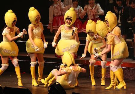 横山由依、川栄李奈の熱愛報道に珍トーク!AKB「リクアワ」開幕(13) 曲の間奏で腹筋運動をする