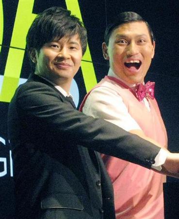 ステージで一緒に手を添えているお笑いコンビ「オードリー」の画像