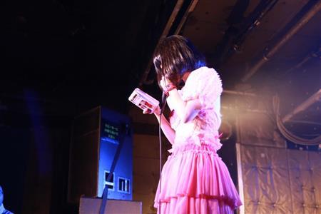 AVデビュー高橋しょう子、ぱいぱいでか美に感謝「... 高橋しょう子への手紙を朗読するぱいぱいで
