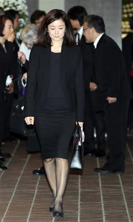 上原多香子:夫の葬儀後、久しぶりに公の場に登場 …