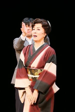 ライトを浴びて着物を着て演技をする高畑淳子
