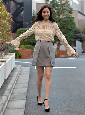 ミニスカート姿の新木優子さん