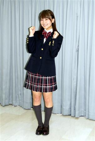 ミニスカート姿の小嶋真子さん