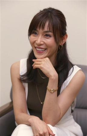 「カンナさーん!」内の衣装で手を顎につけ笑顔で会話をする山口紗弥加
